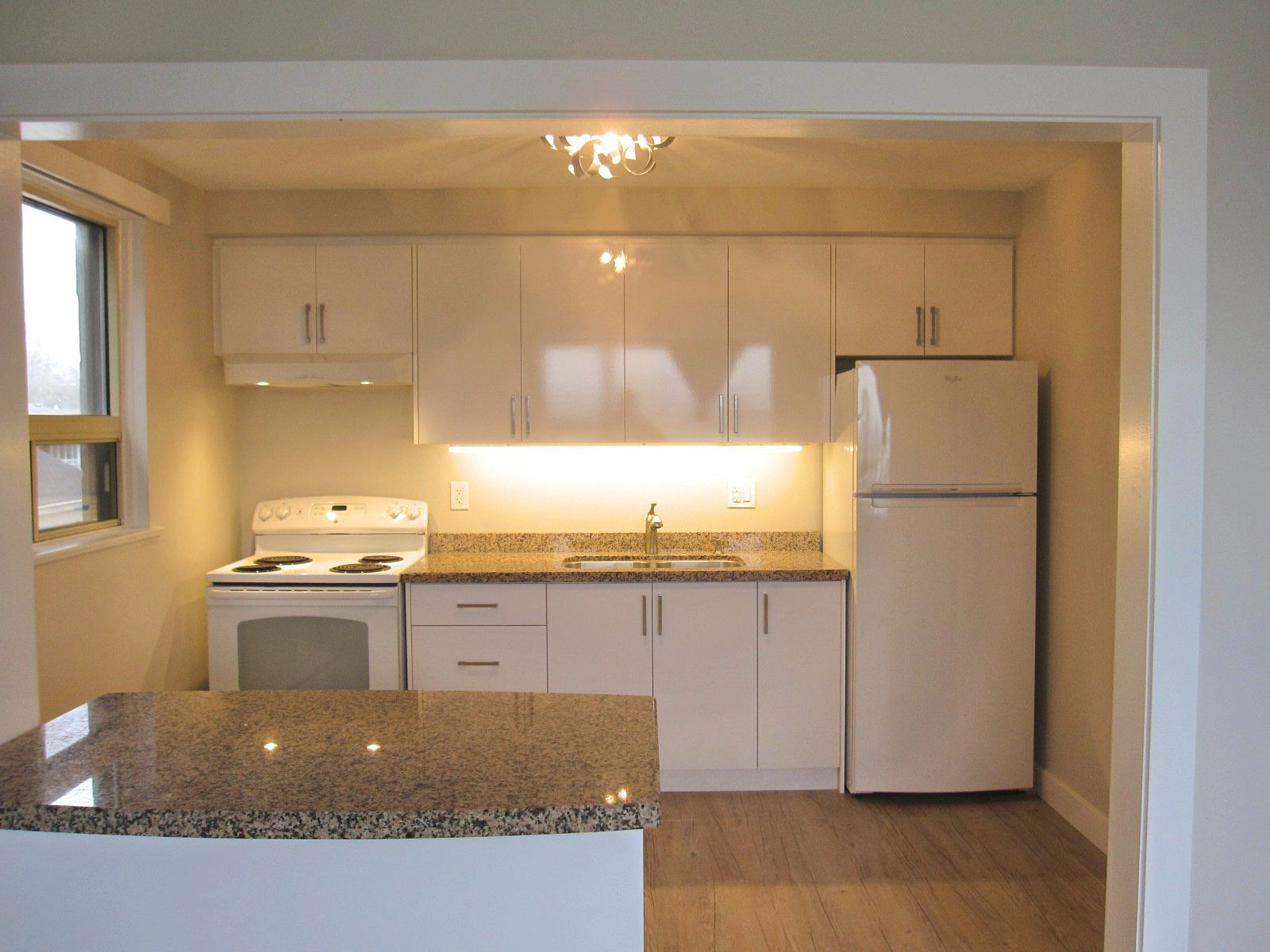 1095 Lakeshore Rd. E – 2 Bedroom Lakeview Inspiration at your Doorstep!