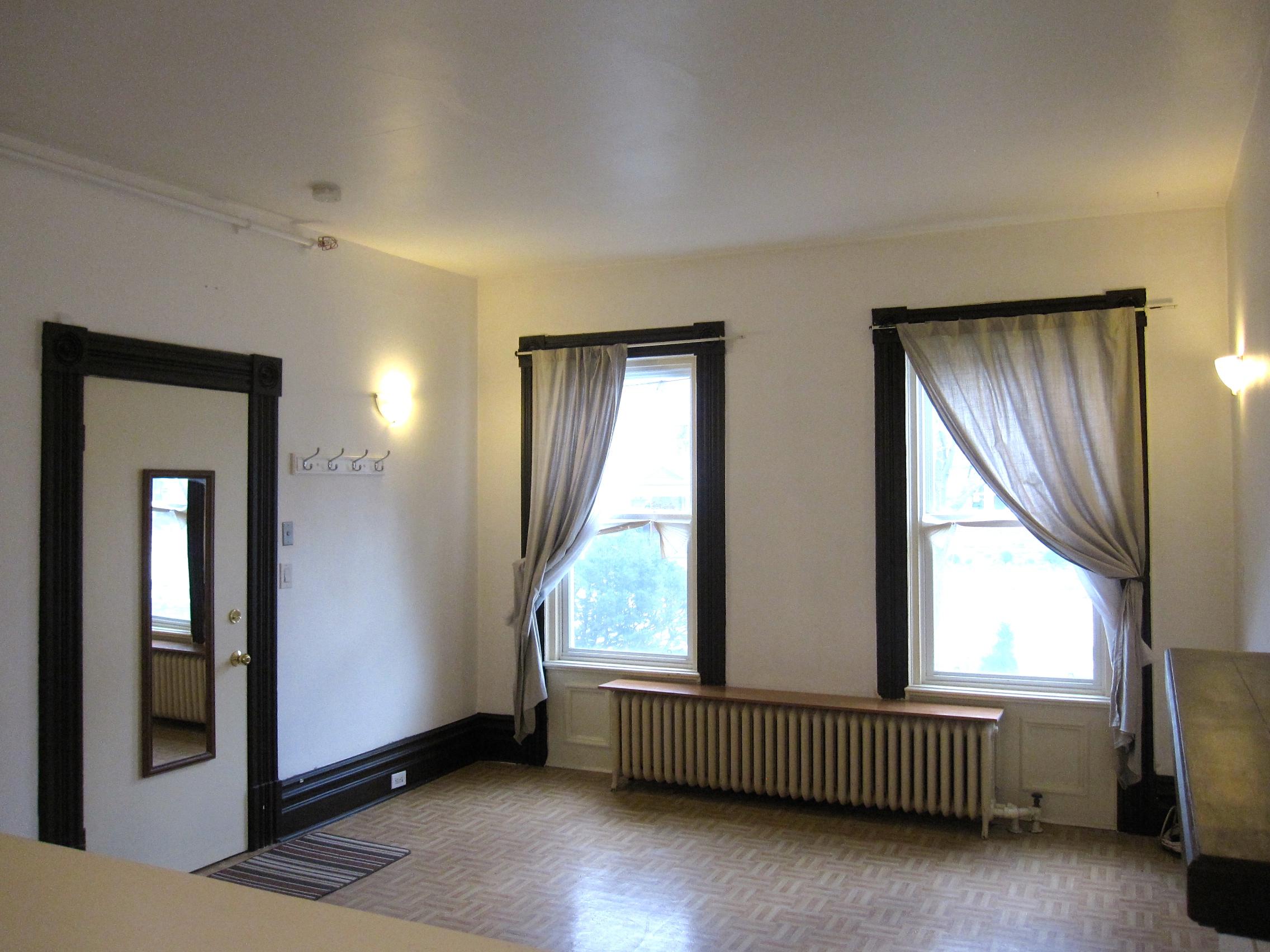 Charming Bachelor Apartment in Downtown Brampton!