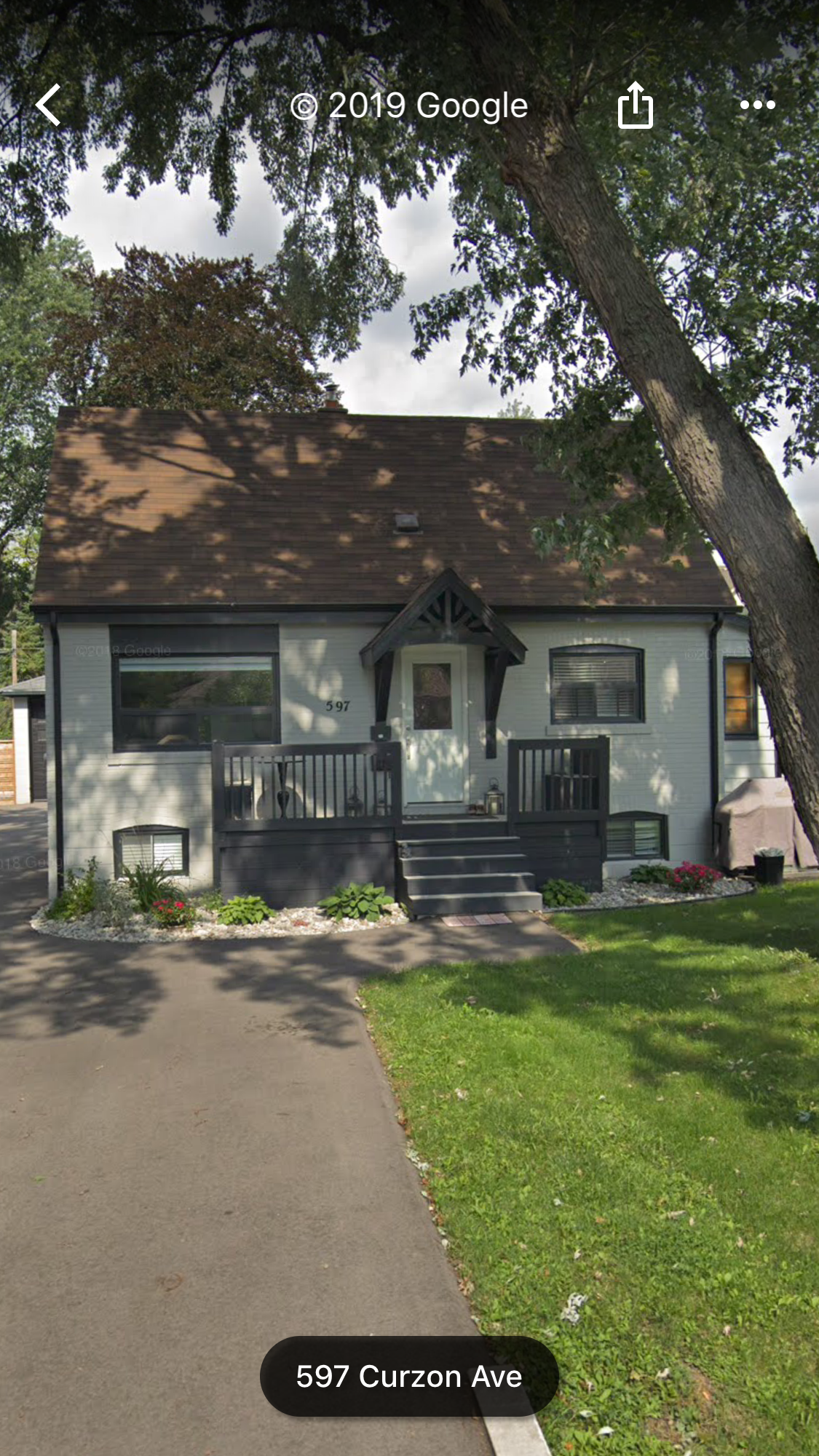 597 Curzon – A Beautifully Renovated 2 bed + 1 bath, Main/Upper Suite in Cozy Lakeview Home!