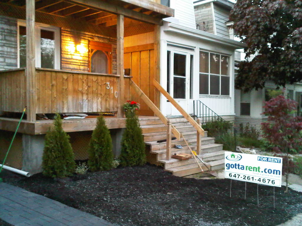 Riverdale Retreat – Lots of light with 2 Decks and 2 Bedrooms for RENT!